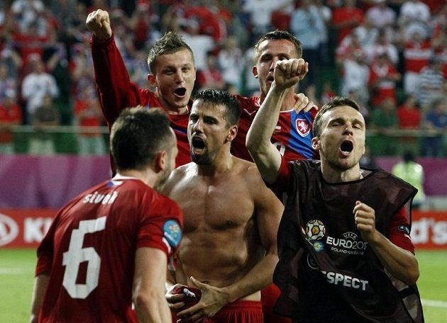 Čeští fotbalisté se radují z výhry nad Polskem a postupu do čtvrtfinále ME. Slaví i útočník Tomáš Necid (druhý zleva).