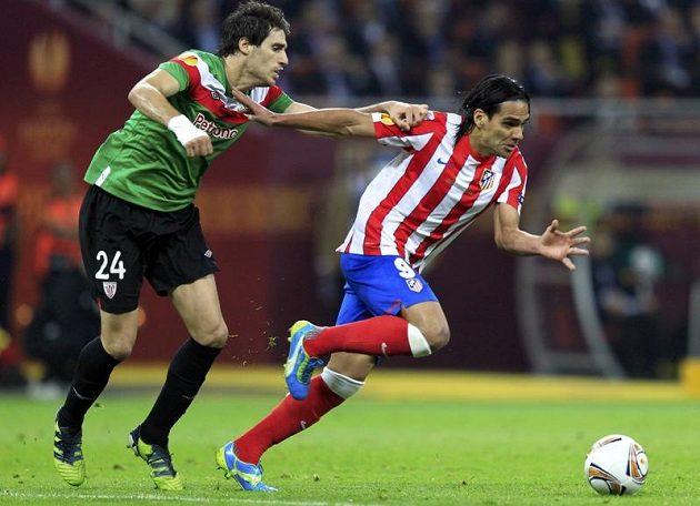 Madridský střelec Falcao byl k neudržení. Takhle pláchl Javimu Martínezovi.