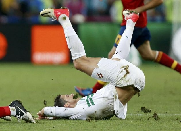 Cristiano Ronaldo na lopatkách, obrazně i fakticky. Portugalci balí kufry