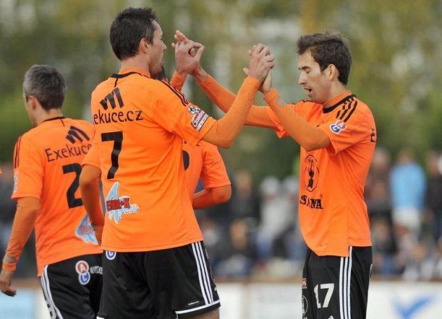 Střelec prvního olomouckého gólu Michal Ordoš (s číslem 7) a Tomáš Hořava se radují z branky.