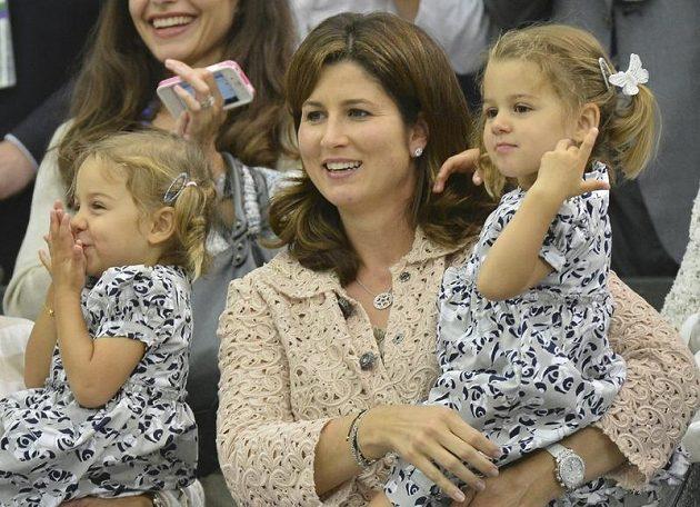 Nadšení u Federerů neznalo mezí - manželka Mirka s dvouletými dcerami Charlene Rivou a Mylou Rose.