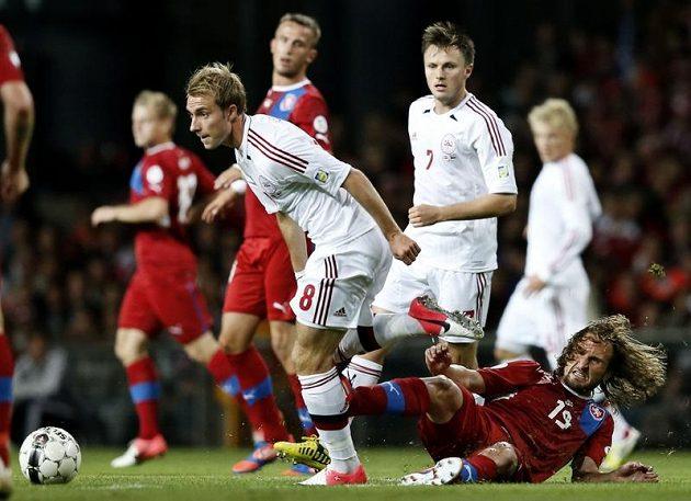 Dán Christian Eriksen (8) ukiná Petru Jiráčkovi v kvalifikaci o MS 2014.