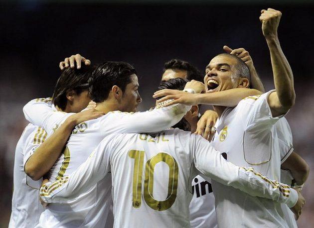 Hráči Realu se radují po vítězství nad Bilbaem.