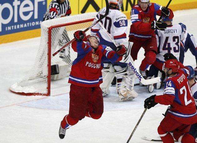 Slovenský brankář Jan Laco a obránce Tomáš Surový smutní z ikasovaného gólu ve finále MS, zatímco Rus Alexander Pěrežogin slaví.
