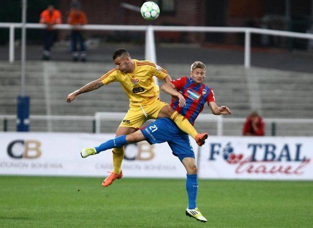Fotbalový propletenc v podání Petra Malého z Dukly (vlevo) a plzeňského Václava Procházky.