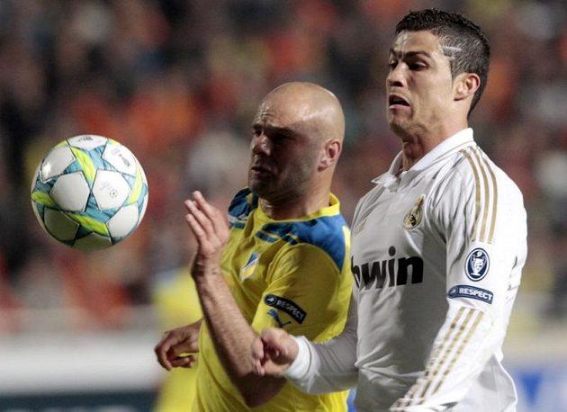 Cristiano Ronaldo (vpravo) v souboji s Paulo Jorgem z APOELu