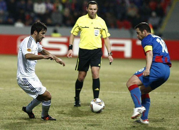 Raúl ze Schalke 04 (vlevo) se snaží obejít plzeňského kapitána Pavla Horvátha.