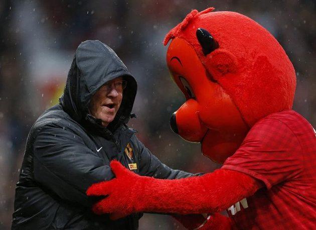 Kouč Manchesteru United Alex Ferguson se raduje spolu s týmovým maskotem z vítězství nad Newcastlem.
