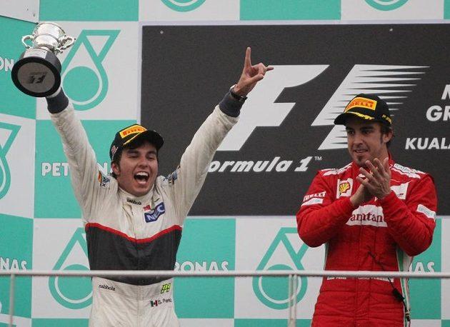 Mexičan Sergio Perez a Španěl Fernando Alonso na pódiu při slavnostním vyhlašování po Velké ceně Malajsie.