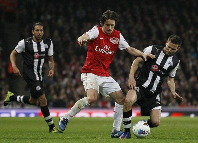 Tomáš Rosický v dresu Arsenalu bojuje s Yohanem Cabayem z Newcastlu.