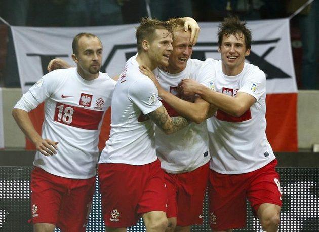 Radost poslkých fotbalistů po vyrovnávacím gólu Kamila Glika (střelec na snímku druhý zprava).