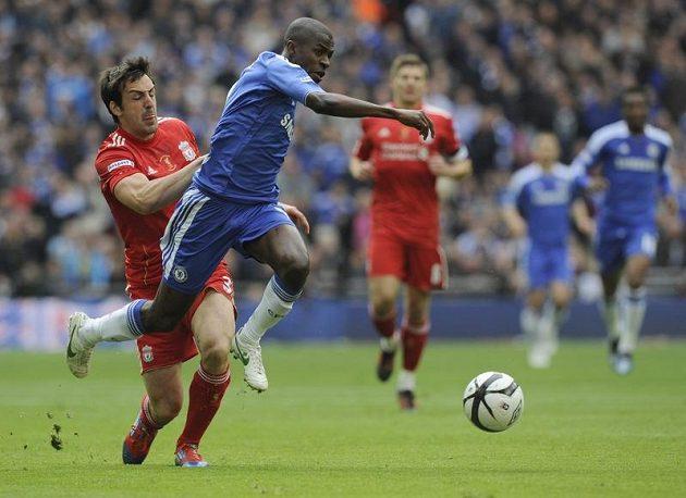 Ramires z Chelsea utíká liverpoolskému Jose Enriquemu...