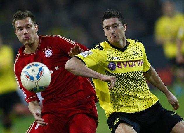 Robert Lewandowski z Borussie Dortmund (vpravo) a Holger Badstuber z Bayernu Mnichov bojují o míč.