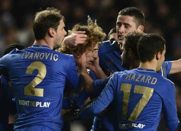 Fotbalisté Chelsea slaví jeden z gólů do sítě dánského týmu. Uprostřed střelec David Luiz.