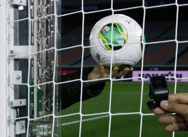 """Míč je v síti, hodinky hlásí GÓL! FIFA předvádí technologii GoalRef a systém """"jestřábího oka""""."""