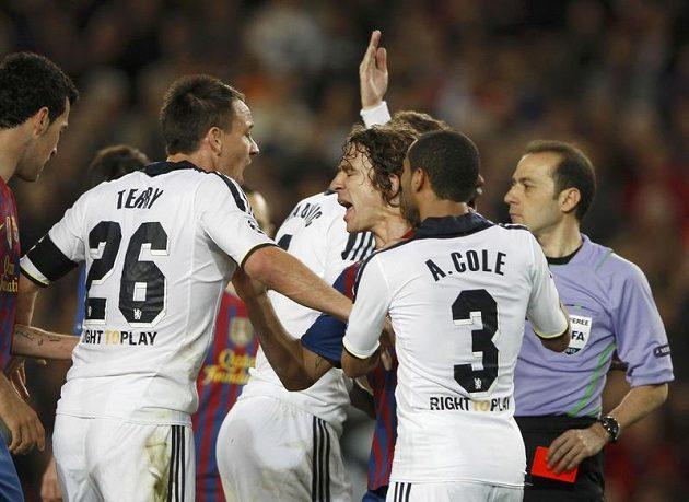 Rozčilený John Terry (vlevo) křičí na Carlese Puyola z Barcelony