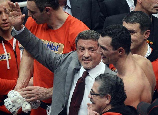 Americký herec Sylvester Stallone (vlevo) gratuluje Vladimíru Kličkovi k vítězství nad Polákem Mariuszem Wachem.