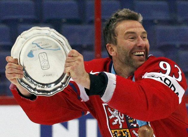 Petr Nedvěd, čtyřicetiletý český debutant na světovém šampionátu, s trofejí pro bronzový tým
