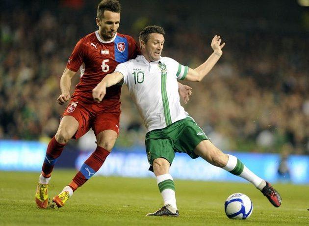 Tomáš Sivok v souboji s Robbie Keanem z Irska