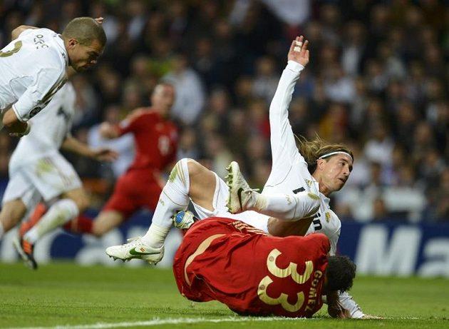 Sergio Ramos z Realu Madrid fauluje ve vápně Maria Gomeze. Z následné penalty Bayern snížil.