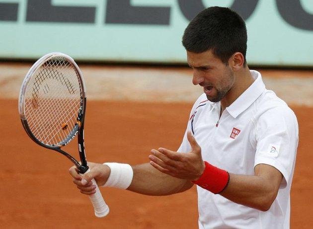 Nespokojené gesto srbského tenisty Novaka Djokoviče