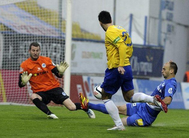 Teplický forvard Aidin Mahmutovič (druhý zprava) střílí první gól do sítě Liberce.
