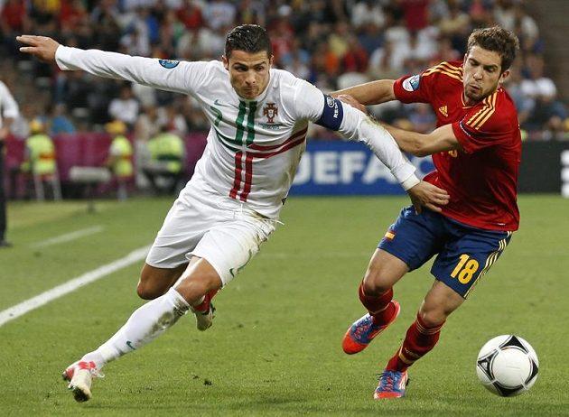 """Cristianu Ronaldovi brání v """"rozletu"""" španělský bek Jordi Alba"""