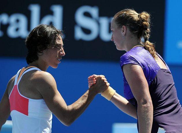 Italka Francesca Schiavoneová (vlevo) gratuluje Petře Kvitové k postupu do 2. kola grandslamového Australian Open