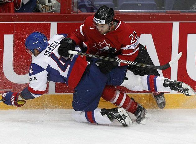 Kanaďan Kyle Quincey (vpravo) v souboji s Andrejem Sekerou ze Slovenska.
