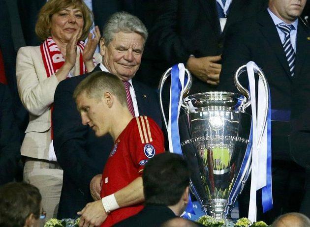 Bastian Schweinsteiger míjí německého prezidenta Joachima Gaucka po finále Ligy mistrů. Nyní se omluvil, že mu nepodal ruku. Šlo prý o nedorozumění.