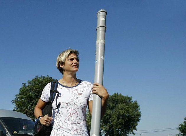 Oštěpařka Barbora Špotáková se svým nářadím před odletem do Londýna
