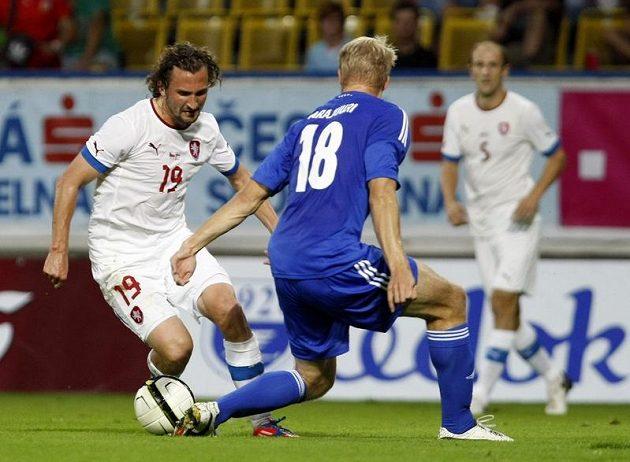 Petr Jiráček (vlevo) obchází Pauluse Arajuuriho v nepovedené přípravě s Finskem.