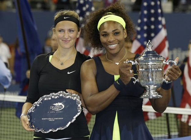 Viktoria Azarenková a Serena Williamsová s trofejemi.