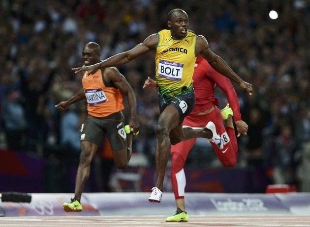 Usain Bolt probíhá cílem ve finále londýnské stovky.
