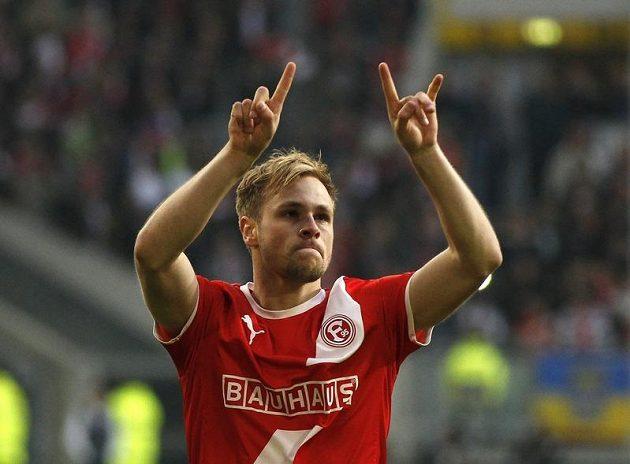 Maximilian Beister z Fortuny Düsseldorf oslavuje svůj gól proti Hertě Berlín.