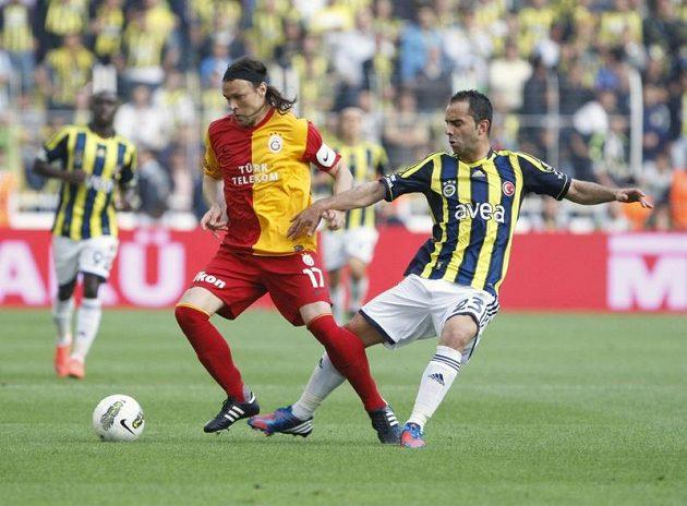 Tomáš Ujfaluši, zadák Galatasaraye Istanbul, v souboji se Semihem Sentürkem z městského rivala Fenerbahce