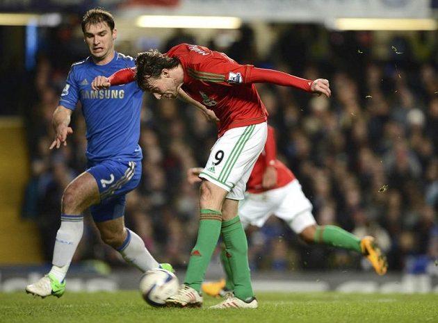 Michu ze Swansea (druhý zleva) se snaží vystřelit na bránu Chelsea v semifinále anglického Ligového poháru. Vlevo přihlíží stoper londýnského klubu Branislav Ivanovič.