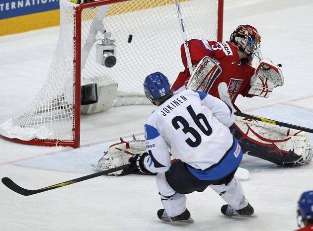 Fin Jussi Jokinen překonává brankáře Jakuba Štěpánka v duelu o bronz.