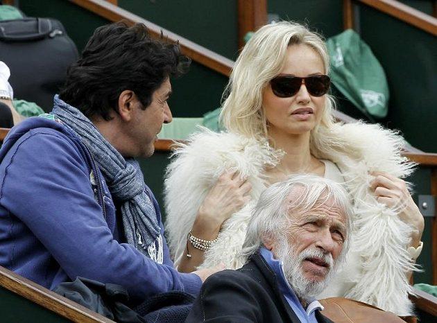 Finálový zápas na French Open si nenechali ujít ani modelka Adriana Karembeu či francouzský herec Pierre Richard (na snímku uprostřed)