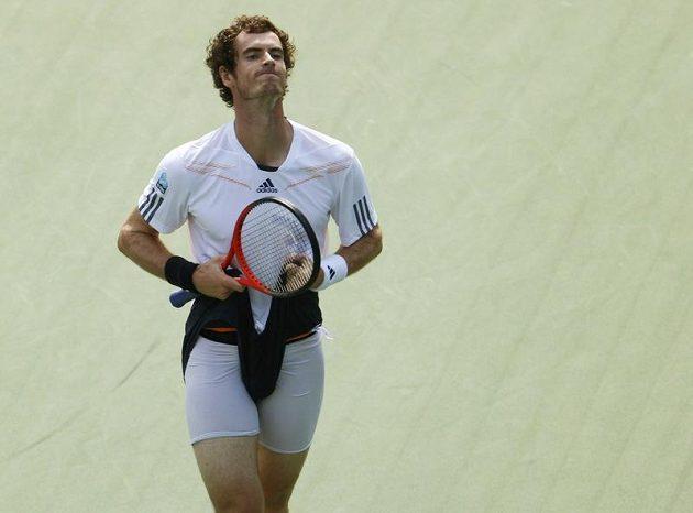 Brit Andy Murray během semifinále US Open proti Tomáši Berdychovi po zkaženém míčku.