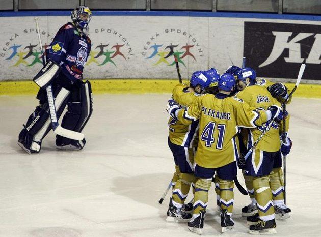 Hráči Kladna (ve zlatém dresu) se radují z branky proti Liberci.