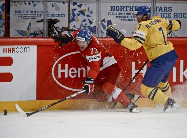 Petr Průcha si kryje puk před Niklasem Kronwallem.