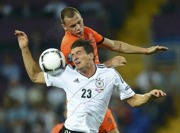 V tomto souboji sice John Heitinga německého střelce Maria Gomeze přeskočil, ale po většinu zápasu byl nizozemský obránce stejně jako jeho spoluhráči hodně dole