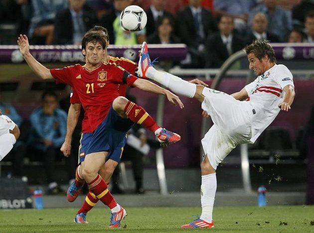 Portugalec Fabio Coentrao (vpravo) ukopl míč před Davidem Silvou