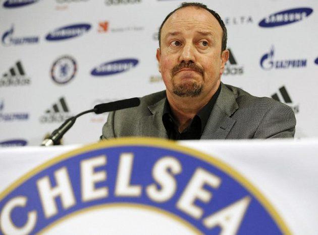 Trenér Chelsea Rafael Benítez na tiskové konferenci na stadiónu Stamford Bridge v Londýně.