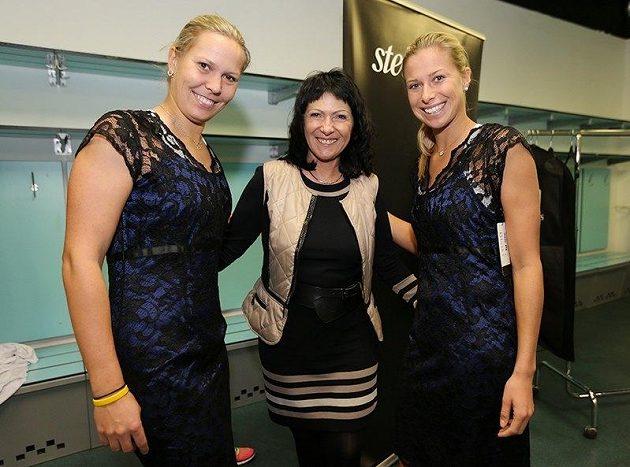 Lucie Hradecká (vlevo) a Andrea Hlaváčková v nových šatech.