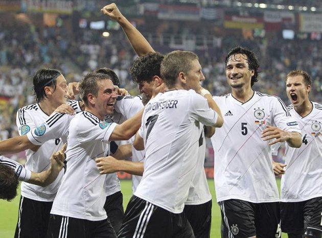 Fotbalisté Německa oslavují gól Maria Gomeze proti Portugalsku