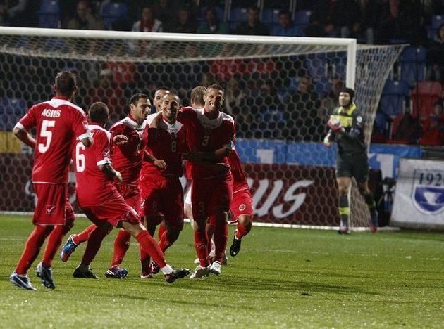 Fotbalisté Malty se radují z branky, kterou vstřelili do sítě Petra Čecha.