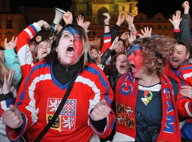 Fanoušci oslavují na Staroměstském náměstí v Praze vítězství české reprezentace ve čtvrtfinálovém zápasu mistrovství světa v ledním hokeji proti Švédsku.