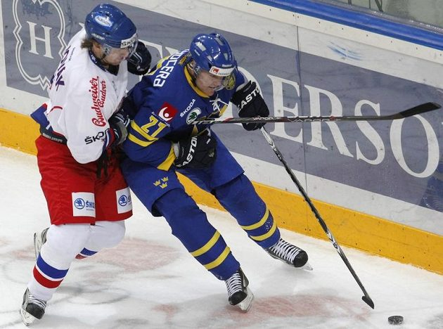Obránce Filip Novák (vlevo) si vzal do parády Patrice Hörnqvista